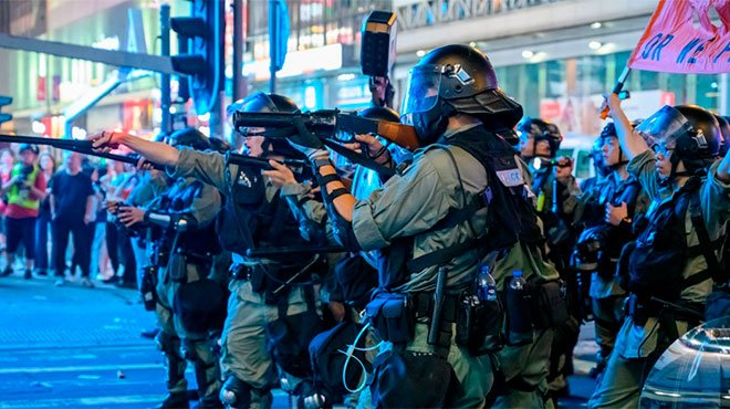 香港、警察の実弾射撃で中高生が重傷 政府は一斉弾圧の恐怖あおりデモ潰しを画策