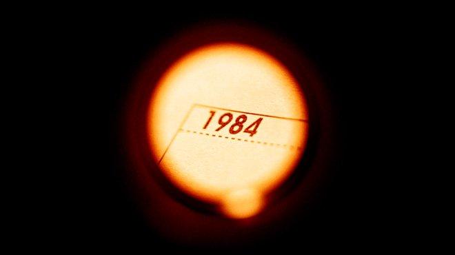 「まるでジョージ・オーウェルの『1984年』のよう」って、一体どんな世界……?