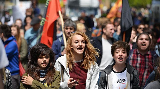 高校生が安保反対デモ 若い世代...