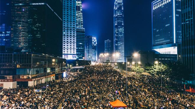"""「進撃の巨人」は""""実話""""だった!? 選挙を奪われる香港人がそう感じる理由"""